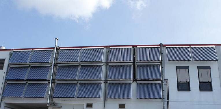 Vakuumröhrenkollektoren an der Fassade der Hack Gastro-Service oHG